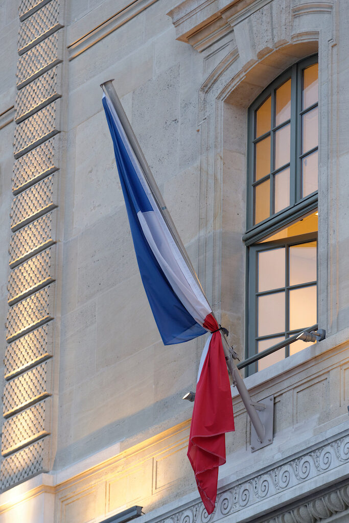 French_flag_with_black_ribbon_Prefecture_de_Police_2015-01-08.jpg